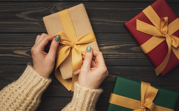 Imagem mostra pessoa finalizando algumas compras de Natal