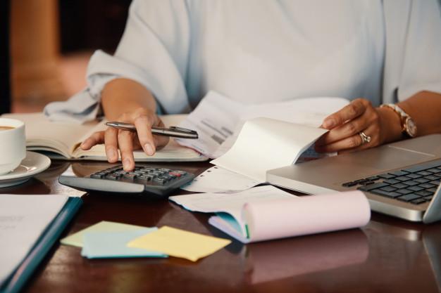 Imagem mostra advogado fazendo apuração de haveres de uma empresa