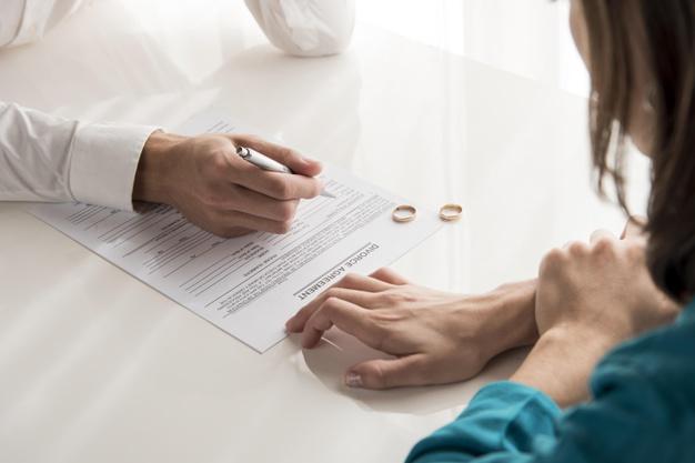 Imagem mostra casal fazendo acordo sobre empresa em divórcio de comunhão parcial de bens