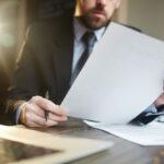 Imagem mostra advogado trabalhando em caso com taxa de administração no financiamento